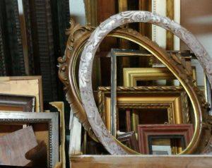 cornice-antica-legno-chiaro-shabby-rotonda