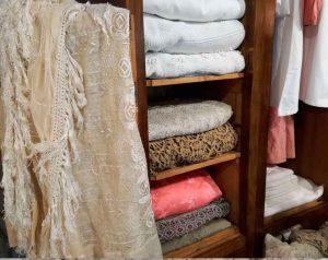 biancheria-per-la-casa-tessuti-vintage-asciugamani-drappi-tende-antico